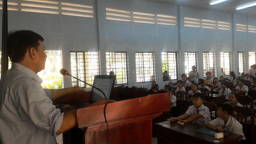 Ông Nguyễn Hữu Dũng - Phó Trưởng phòng Phòng Giáo dục tổ chức nội dung giao lưu kiến thức