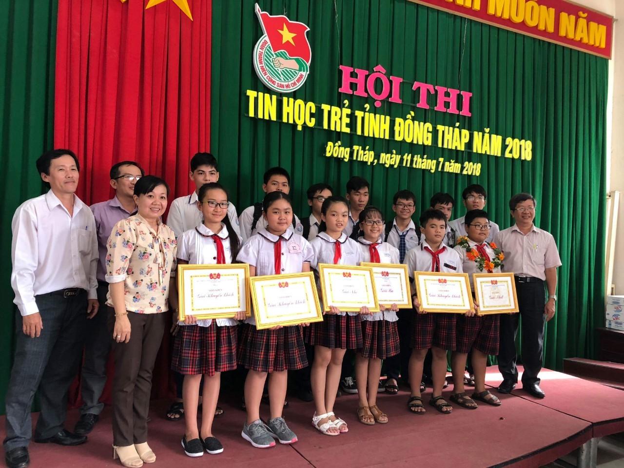 Ban Tổ chức và Đoàn giáo viên, học sinh TP Sa Đéc