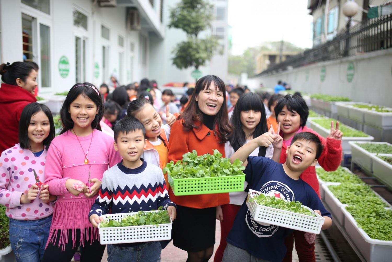 """Mô hình """"Vườn rau em chăm"""" của tập thể học sinh trường Tiểu học Dịch Vọng B (Hà Nội)."""